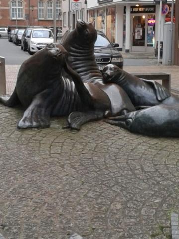 Bronzetiere in der Fußgängerzone