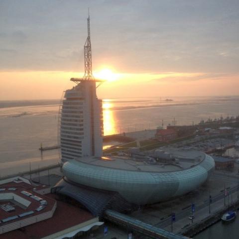 Die Sonne geht hiner dem Atlantic Sail Hotel unter