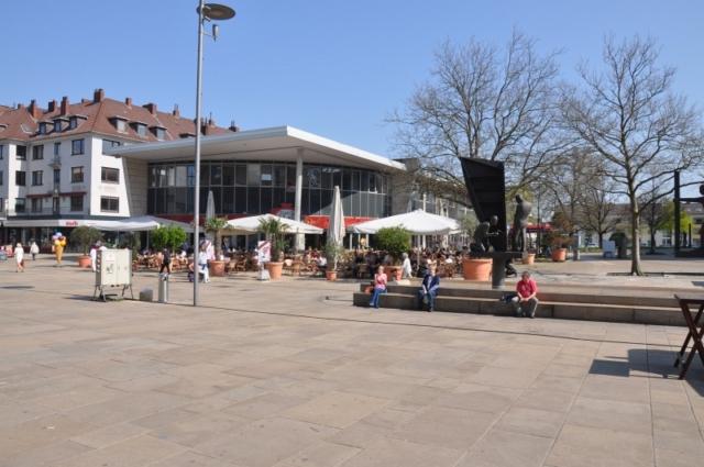 Marktplatz mit Café und Restaurants